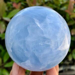"""כדור קלציט כחול ומעמד עץ מסוגנן במשקל: 416 גרם קוטר: 65 מ""""מ"""