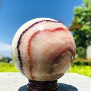 """כדור רודוקורסייט ומעמד עץ מסוגנן במשקל: 330 גרם קוטר: 61 מ""""מ"""