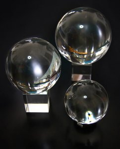 """כדור בדולח ומעמד בדולח בקוטר: 80 מ""""מ"""