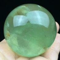 """כדור פלואורייט ירוק ומעמד עץ מסוגנן במשקל: 244 גרם קוטר: 50 מ""""מ"""
